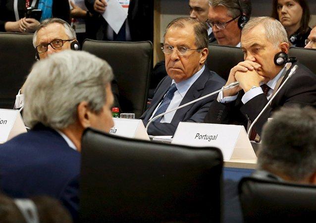 Serguéi Lavrov (centro), ministro de Exteriores de Rusia, durante la reunión de ministros de Exteriores de la OSCE en Belgrado