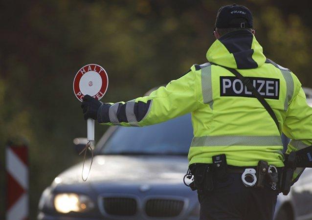 Un policía alemán en la frontera con Bélgica tras los atentados terroristas ocurridos en París