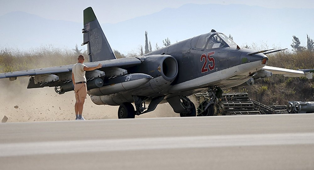 Miembro del personal de tierra señala al piloto de Su-25 en el aeródromo de Hmeymim en Siria