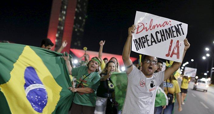 Los residentes protestas contra la presidenta Dilma Rousseff cerca del Congreso en Brasilia