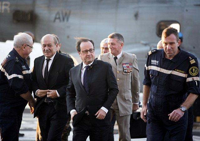 Jean-Yves Le Drian, ministro de Defensa de Francia y François Hollande, presidente de Francia