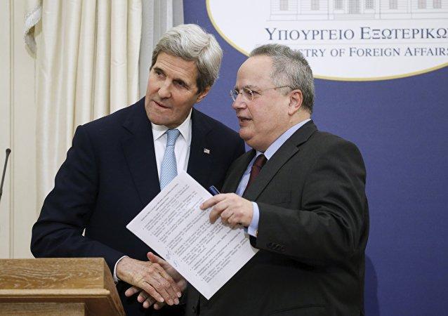 John Kerry, secretario de Estado de EEUU y Nikos Kotzias, ministro de Asuntos Exteriores de Grecia
