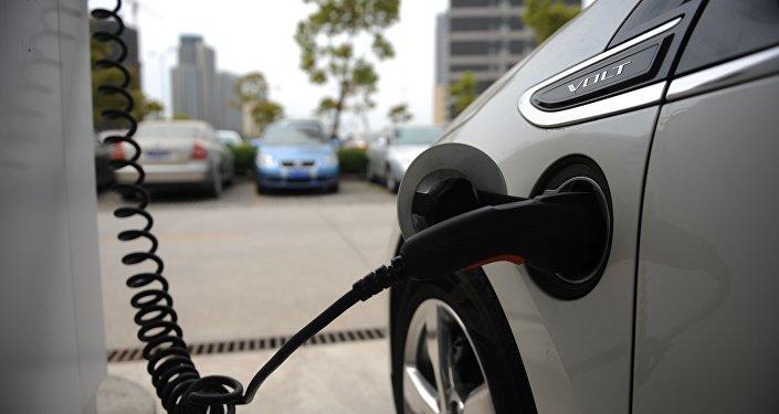 Un Chevrolet Volt eléctrico se carga en un estacionamiento de General Motors (GM) en China,Shanghái