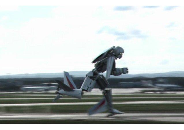 Avión se convierte en transfórmer y corre en busca de aseos