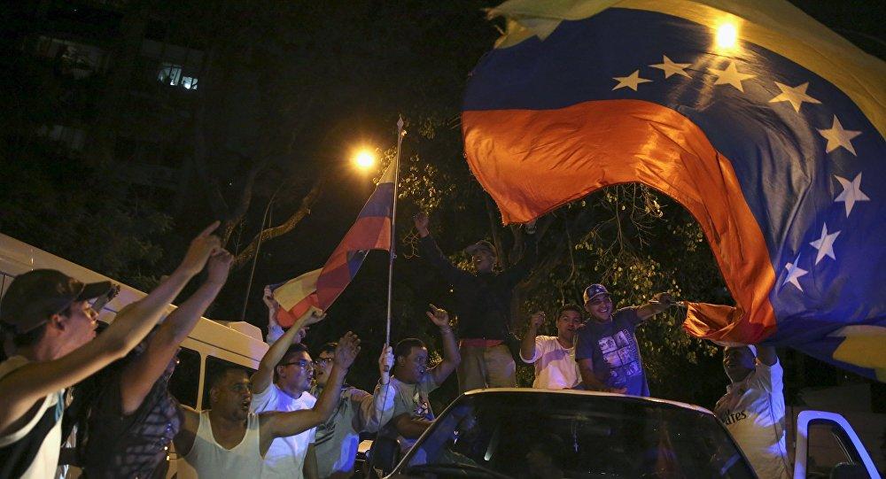 Partidarios de la MUD celebran su victoria en las elecciones parlamentarias de Venezuela, el 7 de diciembre de 2015