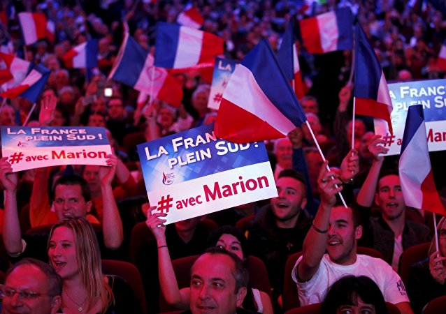 Partidarios de Frente Nacional con las banderas de Francia
