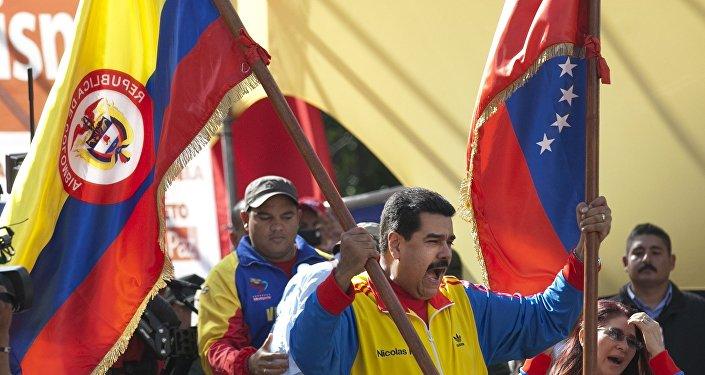 Nicolás Maduro, presidente de Venezuela, con las banderas de Colombia y Venezuela (archivo)