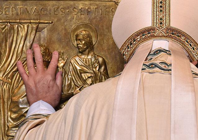 Papa Francisco abre las puertas de la Basílica de San Pedro
