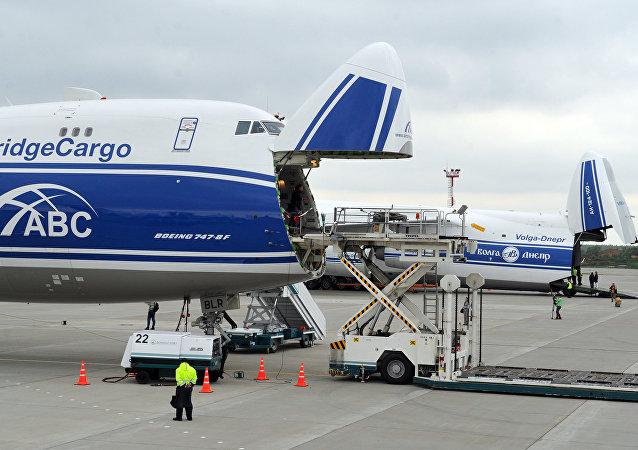 Avión de carga Boeing-747-8F en el aeropuerto Domodédovo de Moscú (archivo)