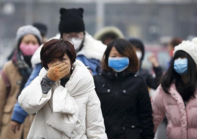 Ciudadanos de Pekín llevan máscaras quirúrgicas
