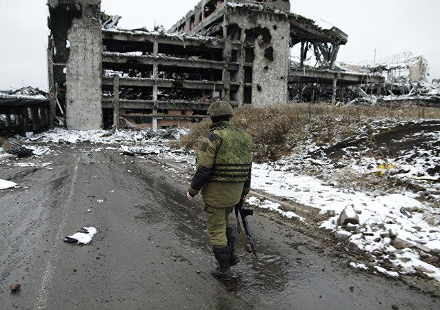Un miliciano cerca del aeropuerto de Donetsk