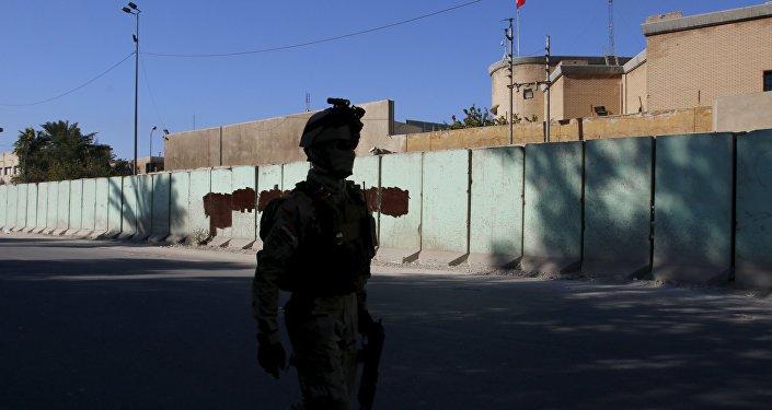 Soldado iraquí cerca de la embajada de Turquía en Bagdad