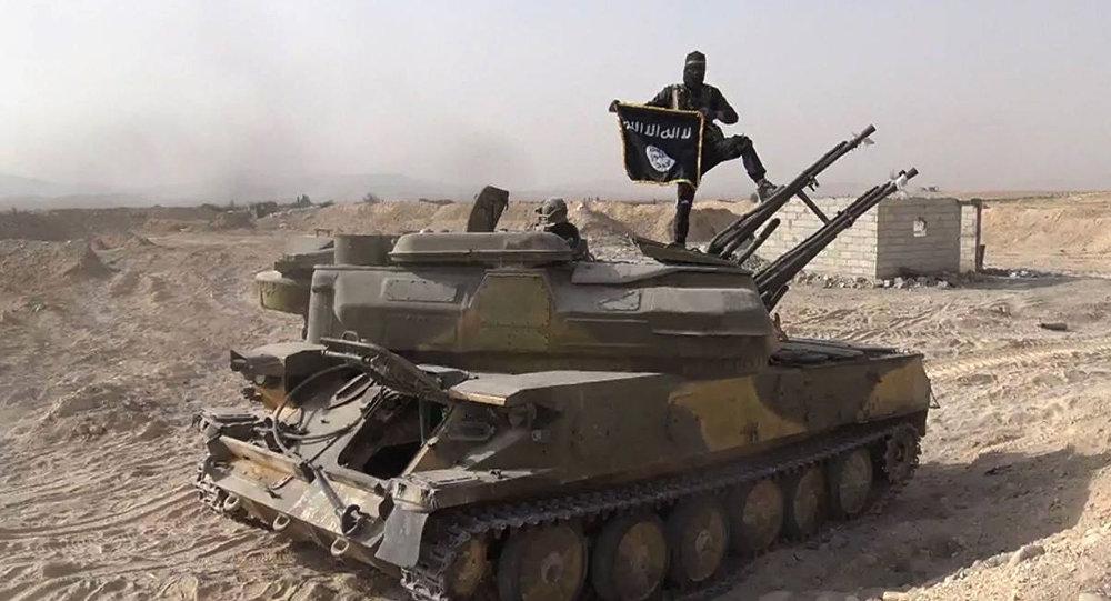 Un miembro de Daesh encima de un tanque arrebatado al Ejército sirio, cerca de Palmira. Siria, 5 de agosto de 2015.