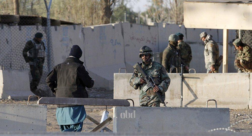 Fuerzas de Seguridad de Afganistán controlando la entrada del aeropuerto de Kandahar atacado por Talibán, el 9 de diciembre de 2015