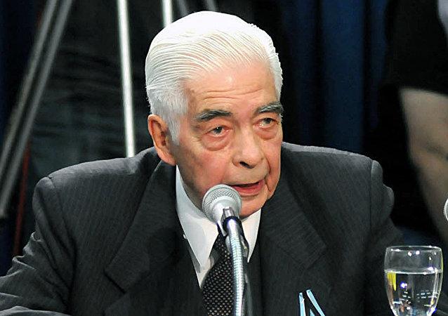El general Luciano Benjamín Menéndez asiste al juicio en su contra