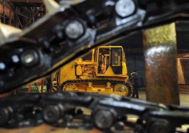 Ensambe de maquinaria pesada en una fábrica de la corporación UVZ