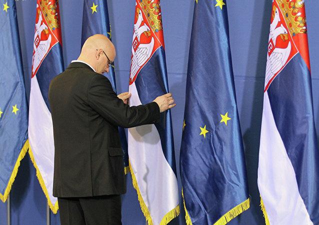 Banderas de Serbia y UE