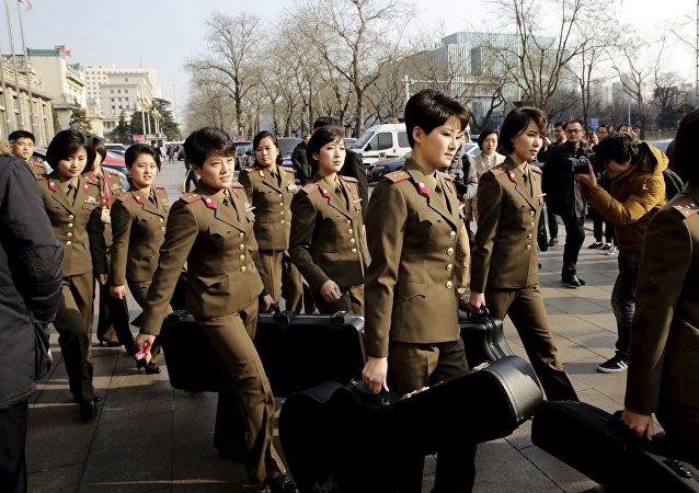 Las miembros del grupo norcoreano Moranbong en Pekín