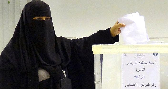 Mujer saudí vota en elecciones municipales