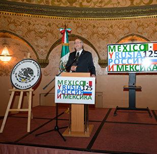 El embajador de México en la Federación de Rusia, Rubén Beltrán, y el director del Departamento para América Latina del Ministerio de Exteriores ruso, Alexander Schetinin (archivo)