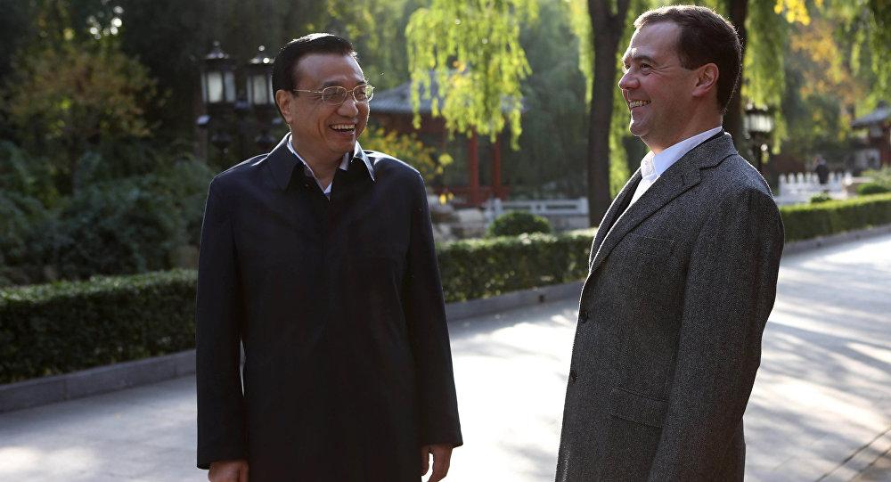Dmitri Medvédev, primer ministro ruso, y Li Keqiang, primer ministro chino (archivo)