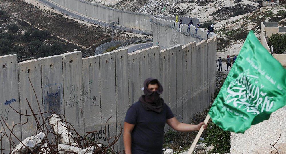 Un palestino con la bandera del grupo islamista Hamás