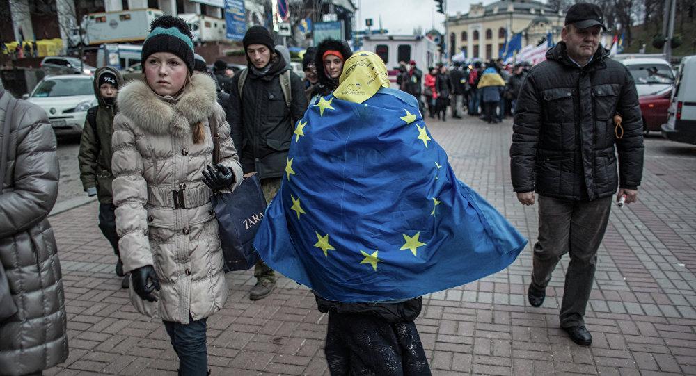 Mujer ucraniana con una bandera de la UE en Kiev