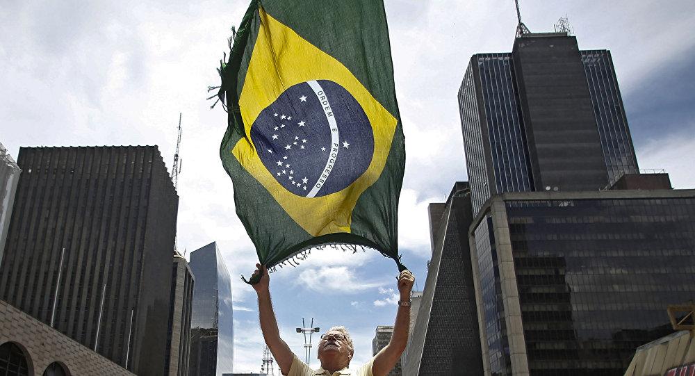 Bandera nacional de Brasil durante manifestaciones a favor de impeachment de la presidenta Dilma Rousseff