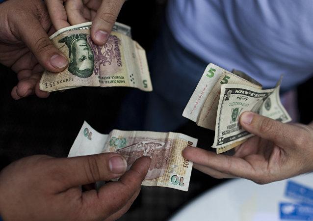Peso argentino y dólar estadounidense