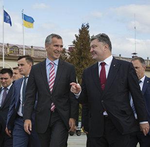 Secretario general de la OTAN Jens Stoltenberg y presidente de Ucrania Petró Poroshenko