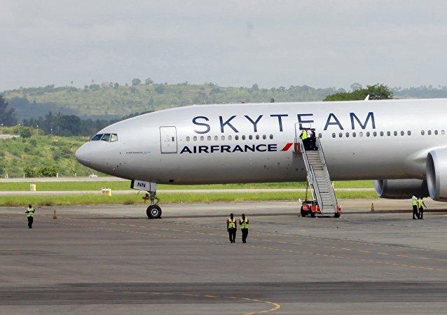 El avión de Air France en el aeropuerto de Mombasa en Kenia