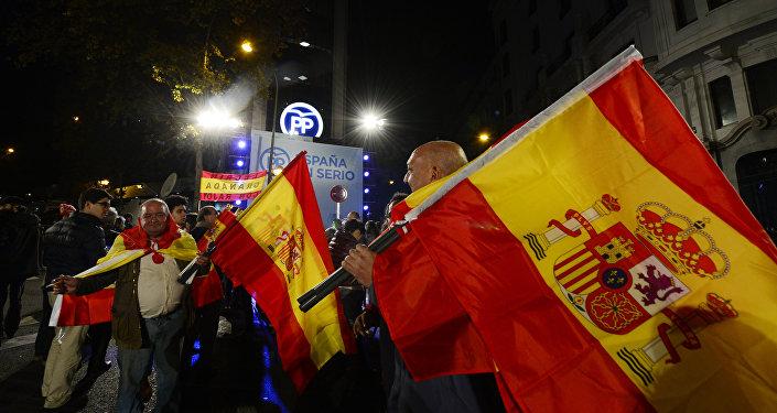Los partidarios del PP con la bandera de España al frente de la sede del partido después de las elecciones. El 20 de diciembre del 2015