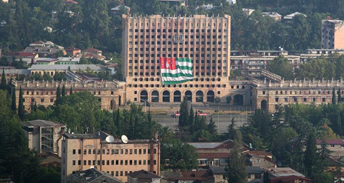 Bandera de Abjasia enfrente de la sede del Parlamento abjasio destruida durante la guerra con Georgia en 1993