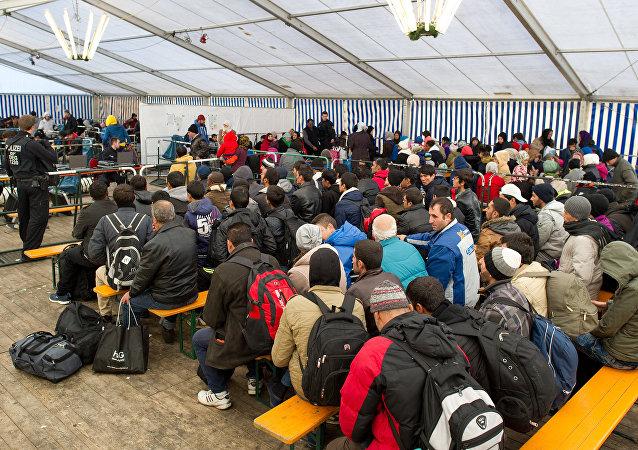 Refugiados esperan para registrarse en la ciudad alemana de Passau