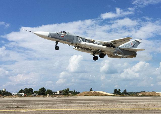 El avión ruso Su-24 despega de la base en Siria