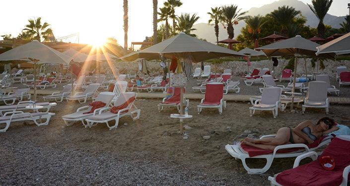 Turistas rusos en la playa de uno de los hoteles de Antalya, Turquía