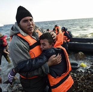 Migrantes desembracan de un barco en Mediterráneo (Archivo)