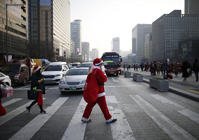 Un hombre vestido de Santa Claus (Archivo)