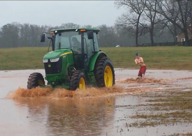 Cómo practicar wakeboarding con un tractor