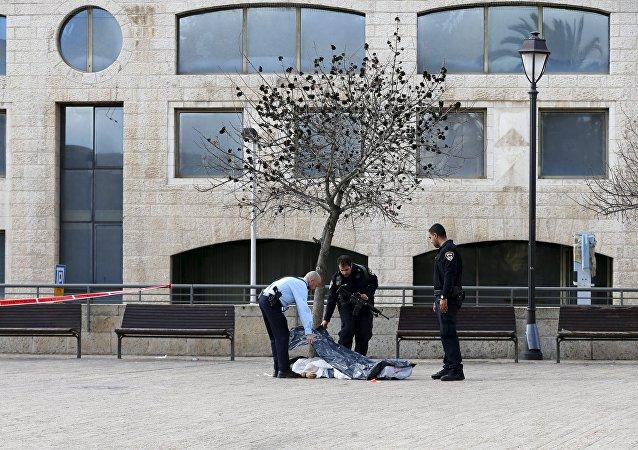 Policías israelíes cubren el cuerpo del palestino abatido en Jerusalén