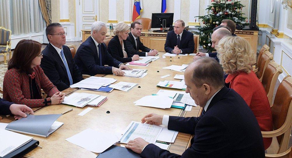 Vladímir Putin, presidente de Rusia. se reune con representantes del bloque económico del Gobierno