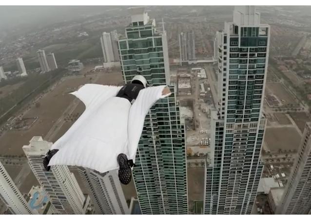 """Una italiana """"con cara de piedra"""" voló entre dos rascacielos de Panamá"""