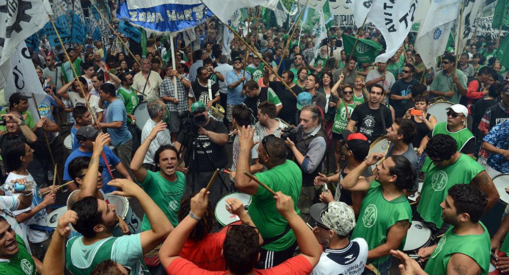 Sindicalistas argentinos protestan contra el presidente Mauricio Macri