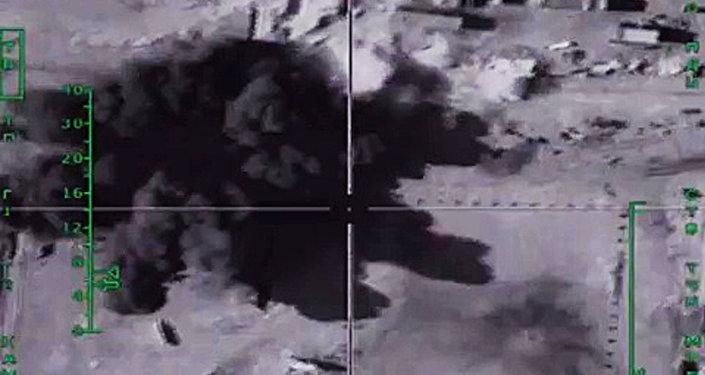 Los ataques aéreos rusos contra las instalaciones de extracción y refinación de petróleo de Daesh