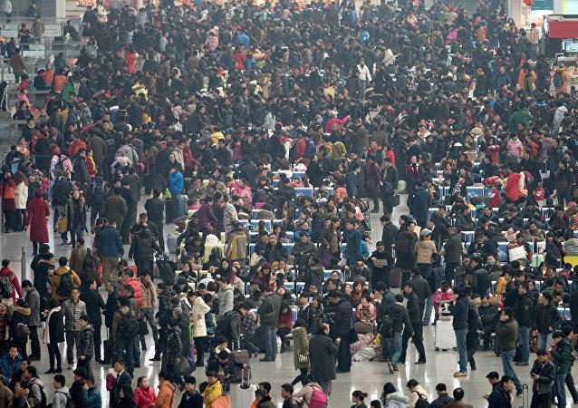 La gente en la estación ferroviaria de Hongqiao, China (Archivo)