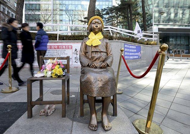Estatua de una mujer de confort en frente de la embajada de Japón en Seúl