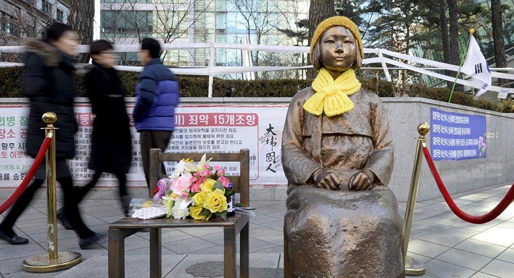 Estatua de una mujer de confort en frente de la embajada de Japón en Seúl (Archivo)