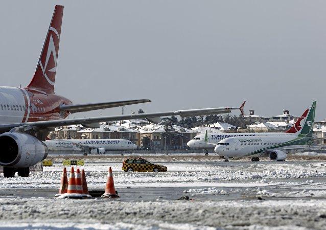 Aviones en el aeropuerto de Estambul tras la nevada