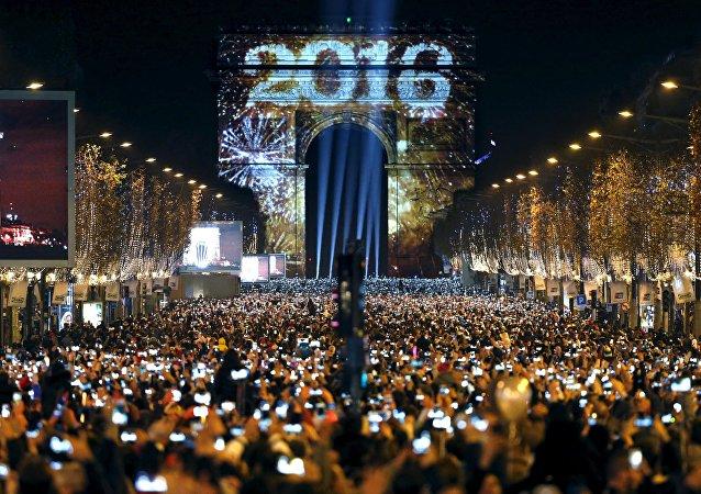 Nochevieja en los Campos Elíseos en París
