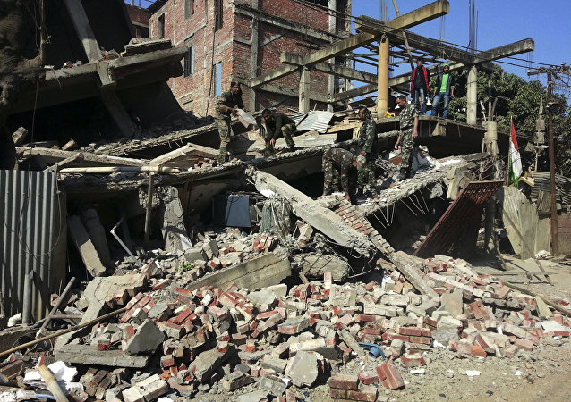 Los soldados indios retiran las partes de la casa destruida por el terremoto en Imphal 4 de Enero del 2016